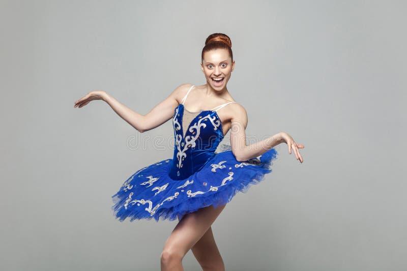 Wauw, zijn ongelooflijk Portret van mooie ballerinavrouw binnen stock afbeeldingen