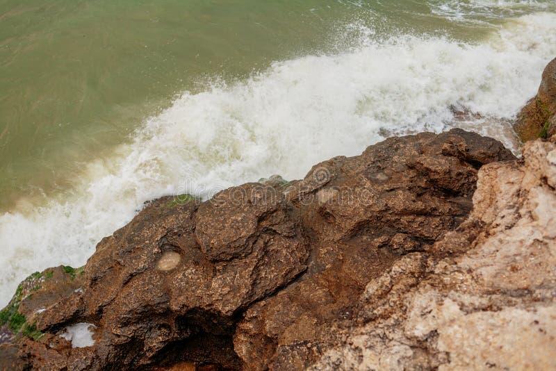 Wave che schiaccia sopra la costa rocciosa immagine stock