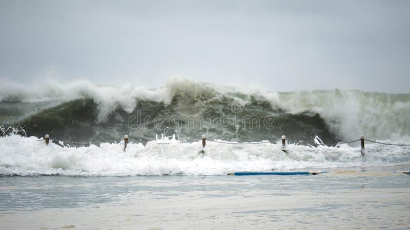 Wave che si schianta contro lo stagno della spiaggia fotografie stock libere da diritti