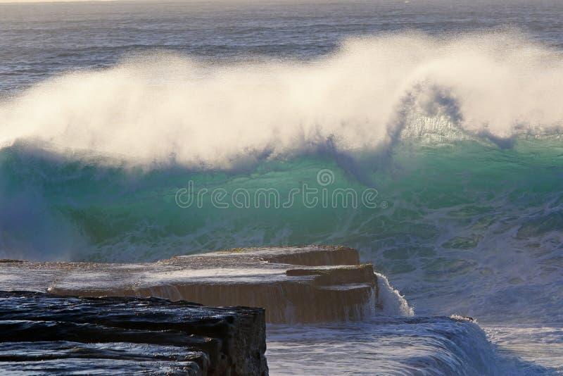 Wave circa da schiantarsi alle rocce fotografia stock libera da diritti