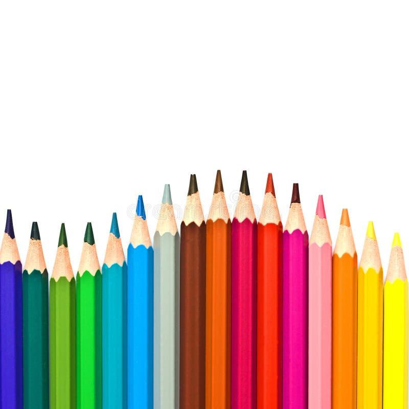 Wave delle matite di legno variopinte isolate su bianco fotografie stock