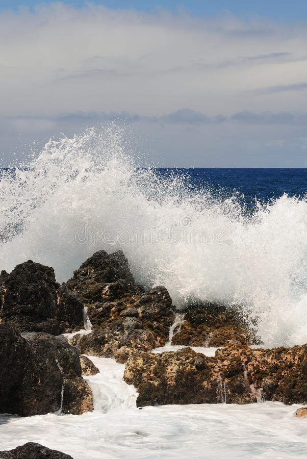 Free Wave On The Rock Royalty Free Stock Images - 9711399