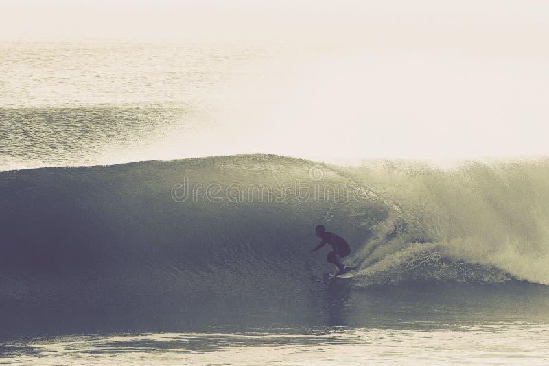 Wave praticante il surfing perfetto immagini stock libere da diritti