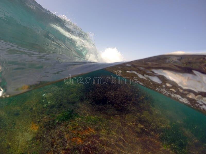 Wave, sopra e sotto immagine stock libera da diritti