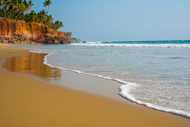 Wave sta venendo, primo piano della spuma e sabbia fotografie stock libere da diritti