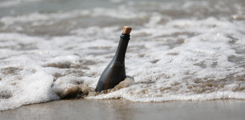 wavees del mar y de una botella de vidrio imagenes de archivo