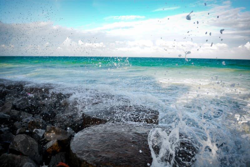 Waves att slå vaggar royaltyfri bild