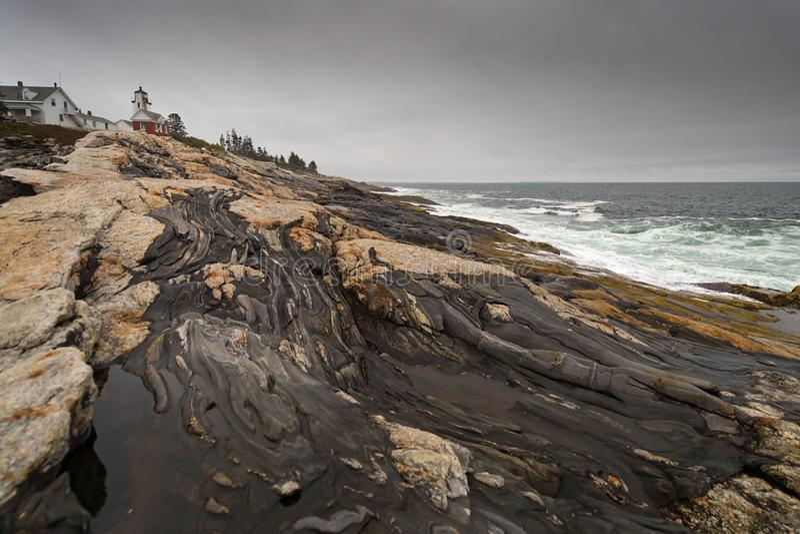 Waves Crash on Shoreline w latarni morskiej Pemaquid Point zdjęcia royalty free