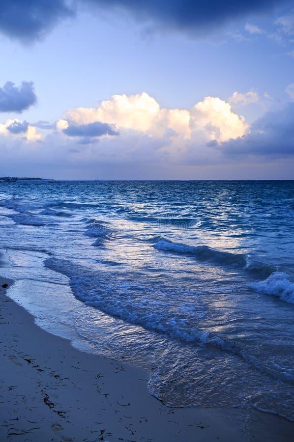 waves för strandskymninghav royaltyfria foton