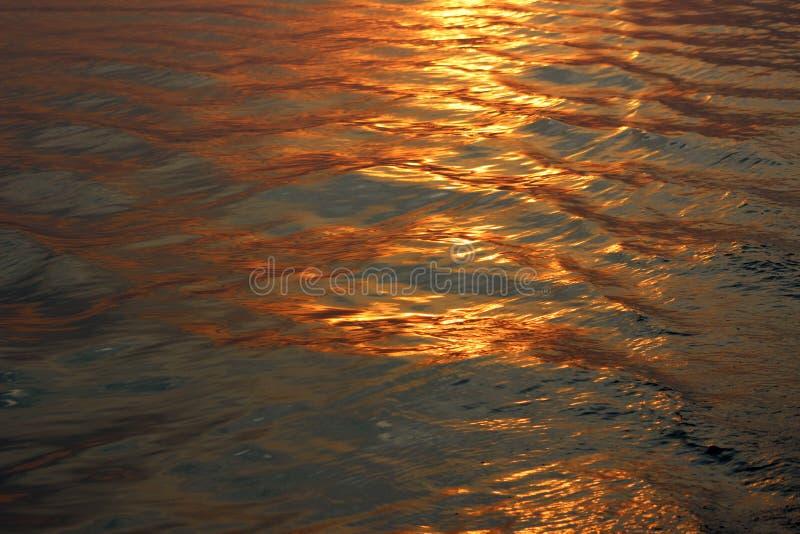 waves för vatten för höger sida för bild för copyspace för bakgrundsblackcontrast cyan höga arkivbild