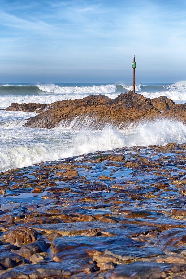 Waves roll in to Barrel Rock, Bude, Κορνουάλη στοκ φωτογραφίες με δικαίωμα ελεύθερης χρήσης