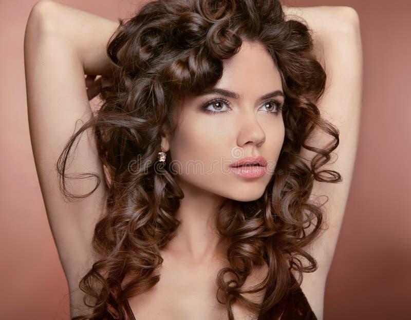 wavy hår Attraktiv flicka med makeup Lockig frisyr Brunett arkivfoton
