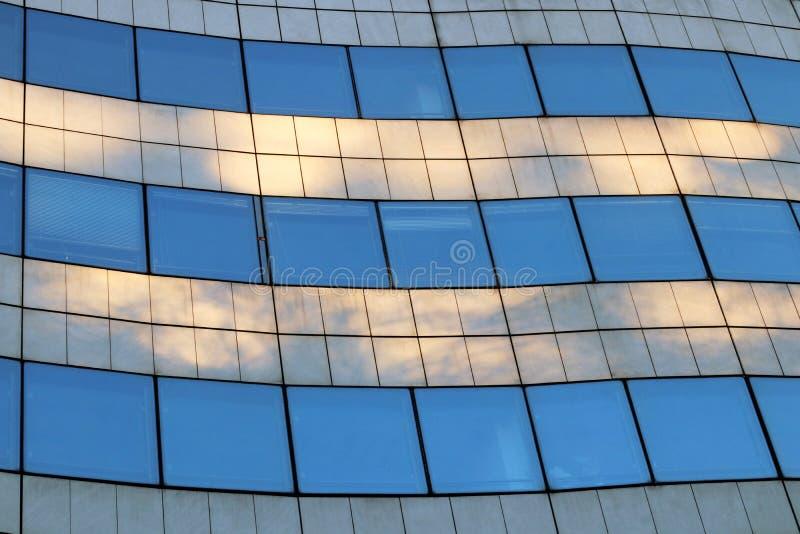 Wawe офиса корпоративного здания современное формирует стеклянную архитектуру p стоковые фотографии rf