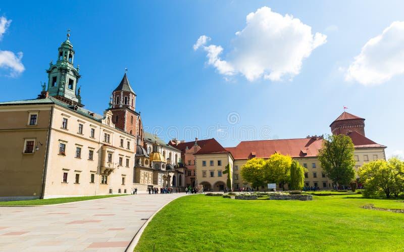 Wawel-Burghof mit Rasen, Panoramablick lizenzfreie stockfotografie