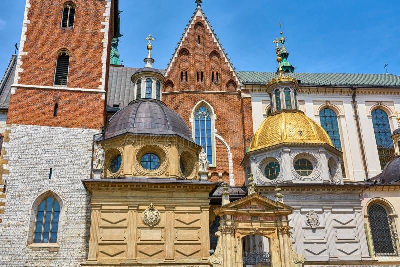 Wawel katedra w Krakow Polska kopuły nad wejście zdjęcie royalty free