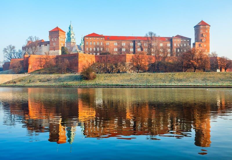 Wawel slott på Wisla flodbanker i Krakow den gamla staden Polen arkivbilder