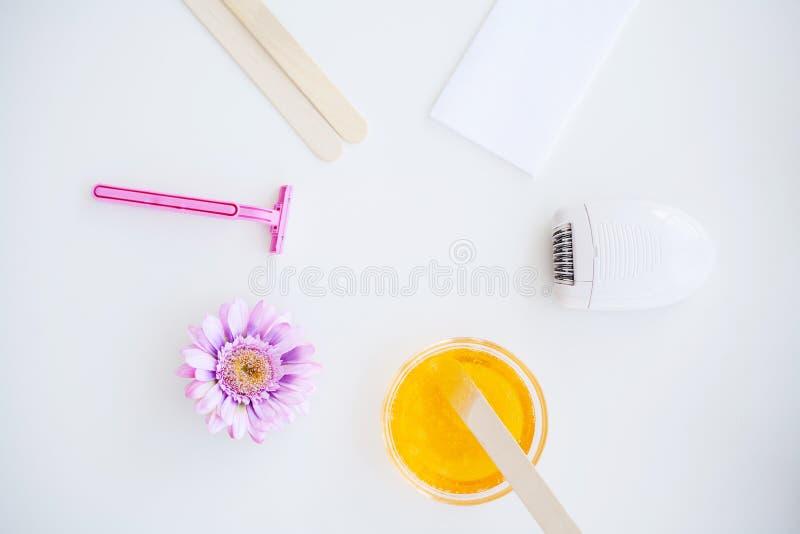 waxing Fije para Epilation de diversos medios para Epilation en un fondo blanco Retiro del pelo indeseado moderno foto de archivo libre de regalías