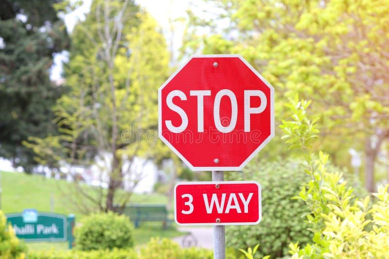 3-way πάρκο πόλεων σημαδιών στάσεων στοκ φωτογραφίες με δικαίωμα ελεύθερης χρήσης