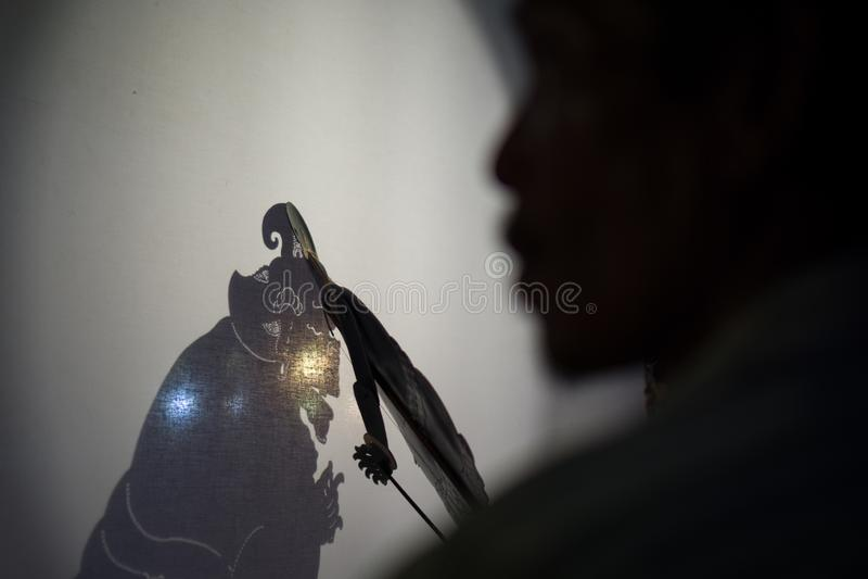 Wayang kulit是印度尼西亚文化告诉了Shadow Puppets 它由叫大朗伴随的人和它演奏  免版税库存图片