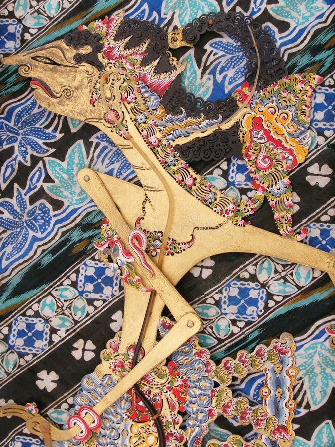 Wayang Kulit Marionette auf Batik lizenzfreie stockfotos