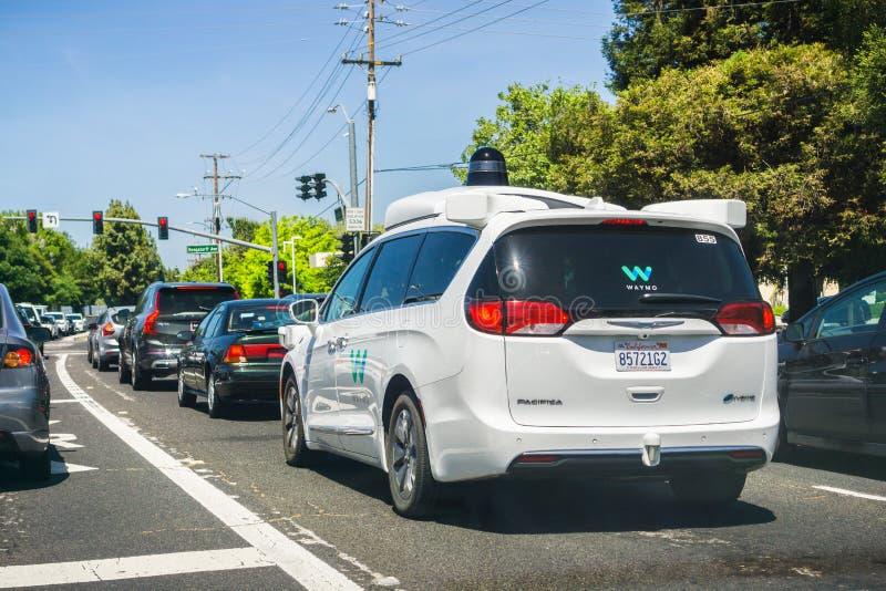 Waymo zelf drijfauto die op de straten van baaigebied de Zuid- van San Francisco kruisen, Silicon Valley royalty-vrije stock afbeeldingen