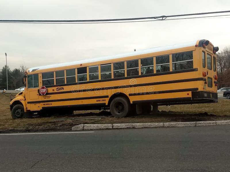 Wayne ny - ärmlös tröja, Förenta staterna - mars 14, 2019: Skolbussmissar vänder och drev av vägen Bussen behövde bogseras arkivbilder