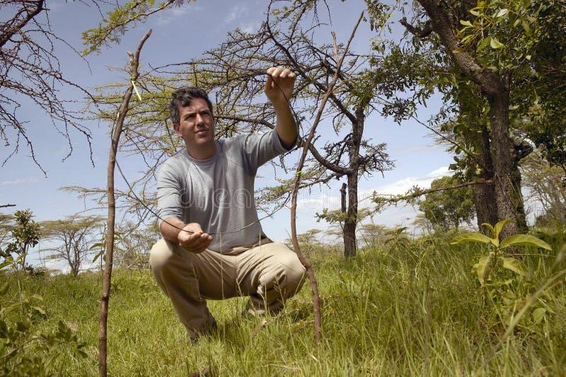 Wayne Pacelle vd av humant samhälle av Förenta staterna som kontrollerar snarafälla för djur i den Tsavo nationalparken, Kenya, A arkivfoton