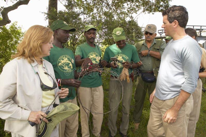 Wayne Pacelle vd av humant samhälle av Förenta staterna som kontrollerar som anti--snärjer patrullen i den Tsavo nationalparken,  royaltyfri bild