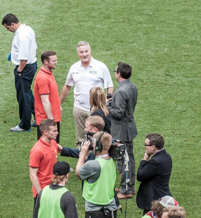 Wayne Rooney con i reporter dopo un gioco immagini stock