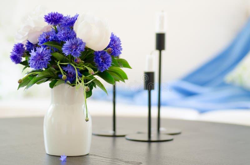 Waza błękit kwitnie w nowożytnym żywym pokoju obraz stock