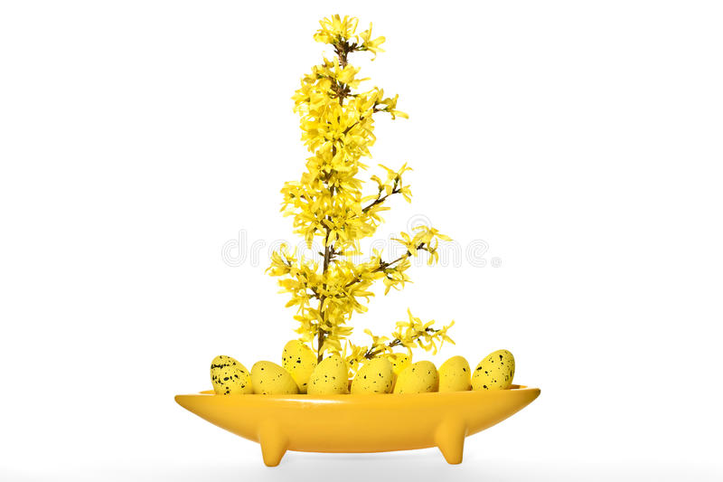 Waza jako abstrakcjonistyczna łódź z Wielkanocnymi jajkami i forsycjami obrazy stock