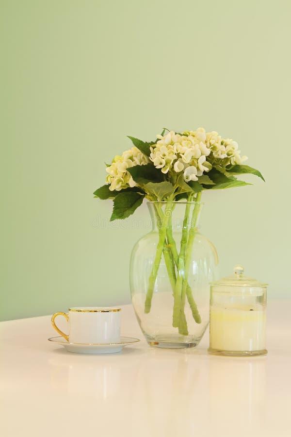 Waza kwiaty i teacup w miękkiej części zieleniejemy pastelowych odcienie obrazy royalty free