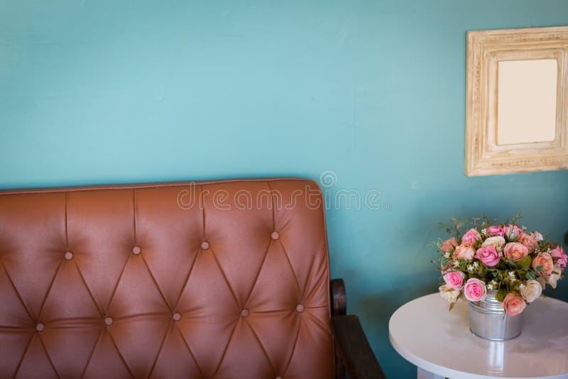 Waza kwiaty w nowożytnym żywym pokoju obraz royalty free