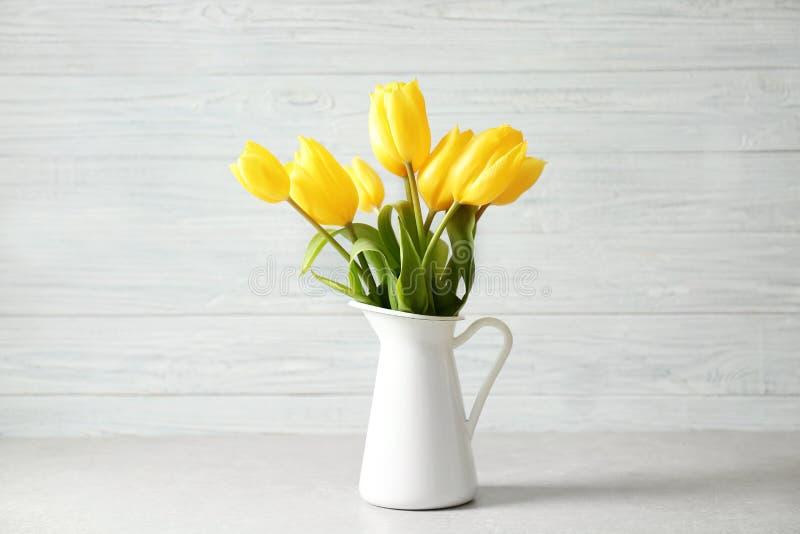 Waza z bukietem piękni tulipany fotografia royalty free