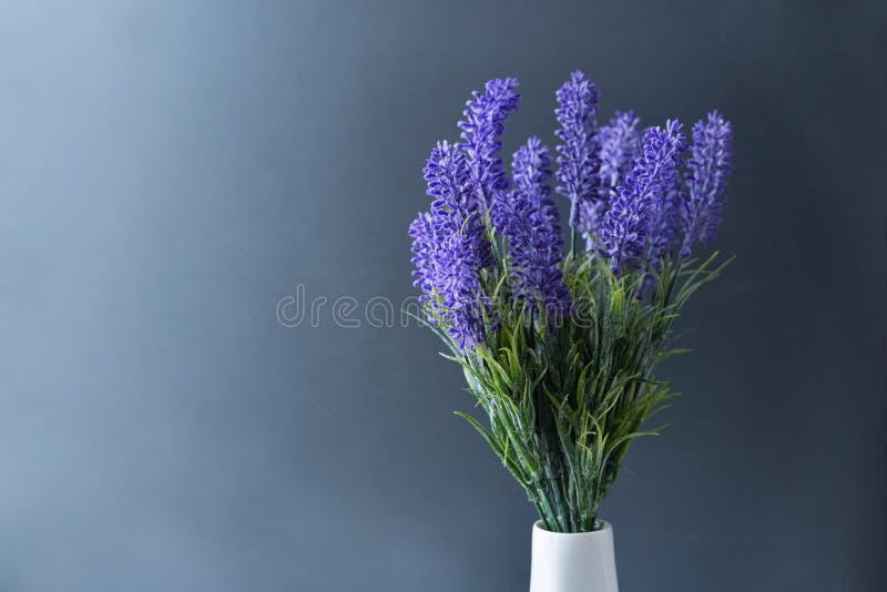 Waza z kwiat purpurową lilą lawendą zdjęcia royalty free