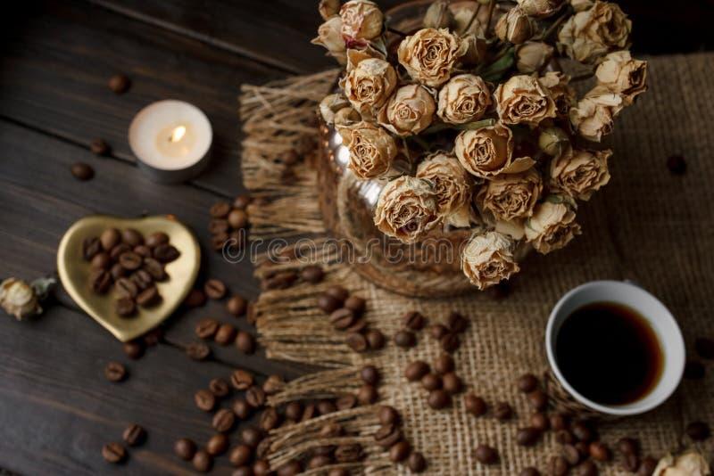 Waza z naciskającym kwiatem, kawą i rozpraszać piec kawowymi fasolami, zdjęcie stock