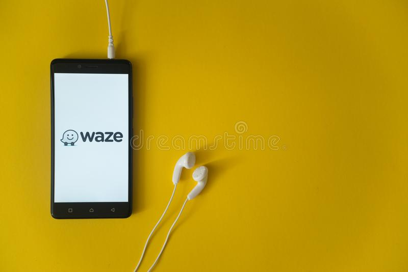 Wazeembleem op het smartphonescherm op gele achtergrond royalty-vrije stock foto