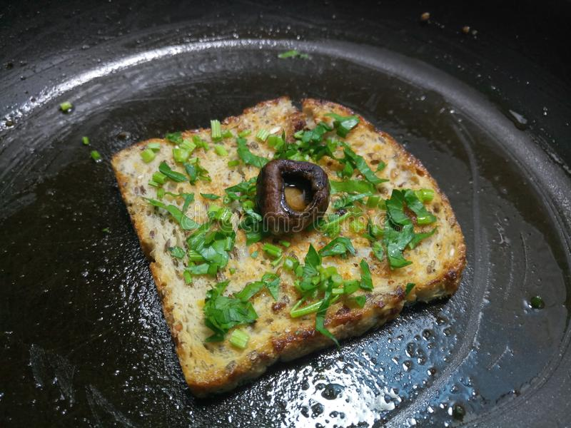 Download Wazeliniarscy Plasterki Chleb W Czarnej Niecce Zdjęcie Stock - Obraz złożonej z chleb, niecka: 106911686