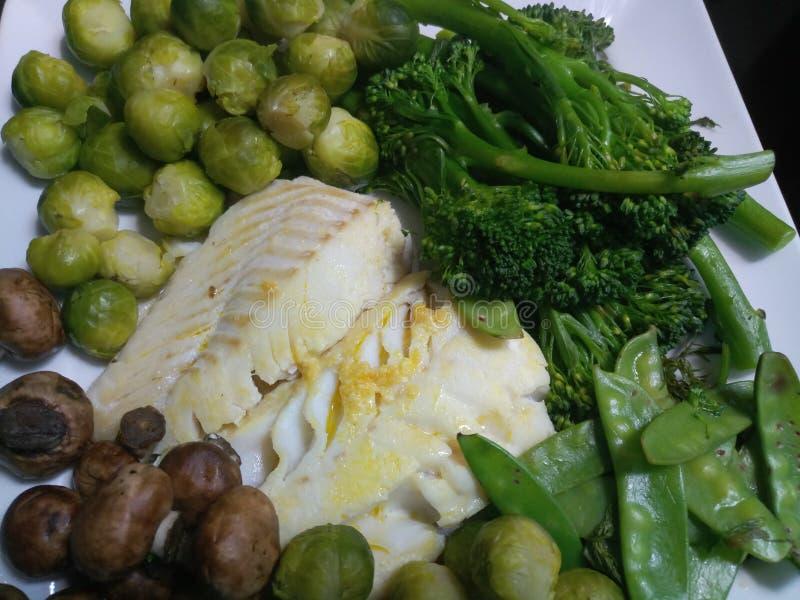 Wazeliniarski dorsza posiłek na białym talerzu obraz royalty free