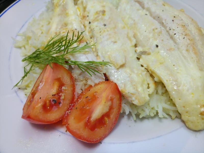Wazeliniarski dorsza posiłek z ryż i pomidorami fotografia stock