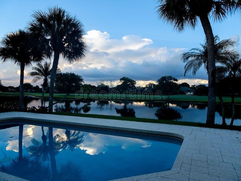 wazige ochtendzonsopgang op een tropisch eiland royalty-vrije stock afbeeldingen