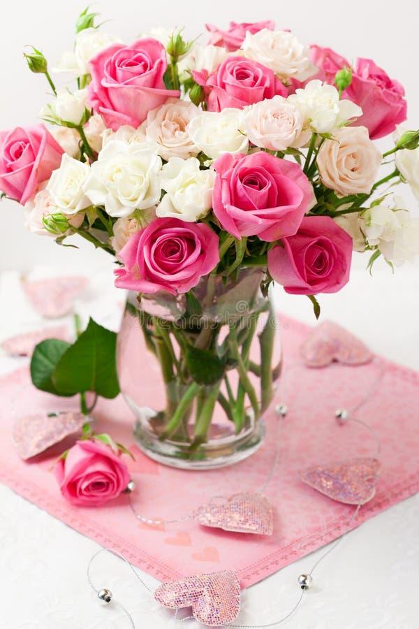 wazowe bukiet róże zdjęcia royalty free