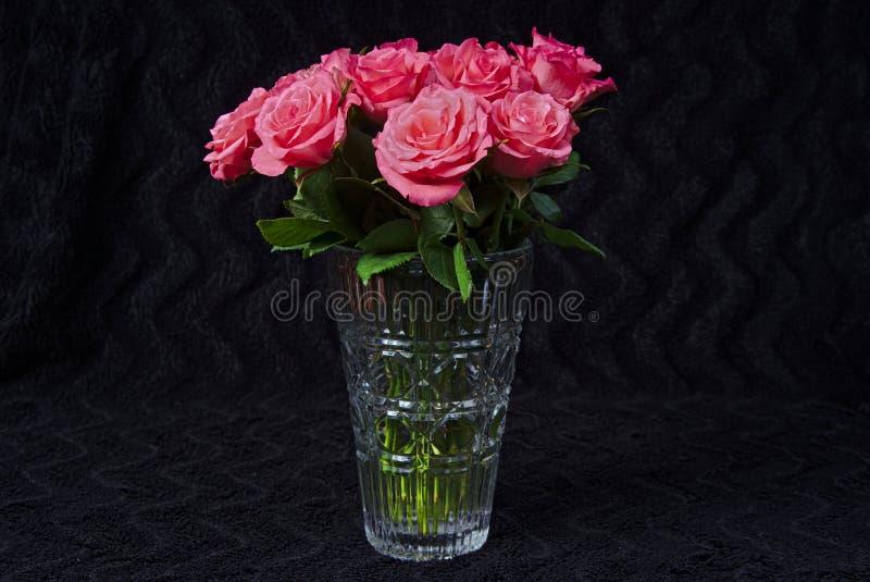 wazowe bukiet róże szklane czerwone zdjęcia stock