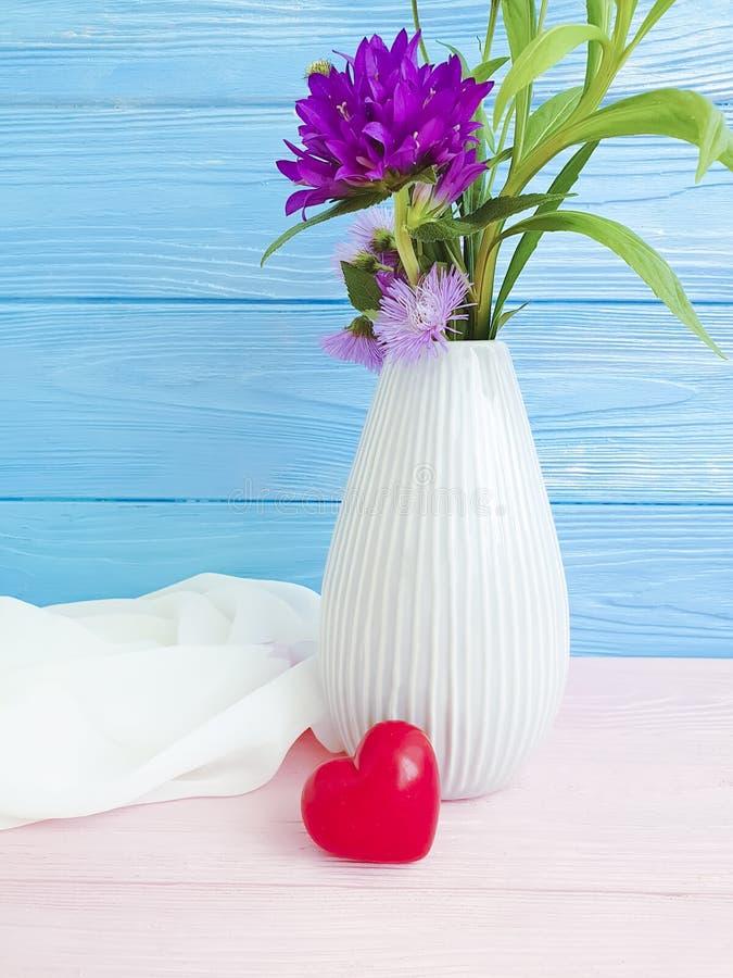 Wazowego kwiat chryzantemy kwiatu romantyczna kierowa dekoracja na drewnianym tle fotografia stock