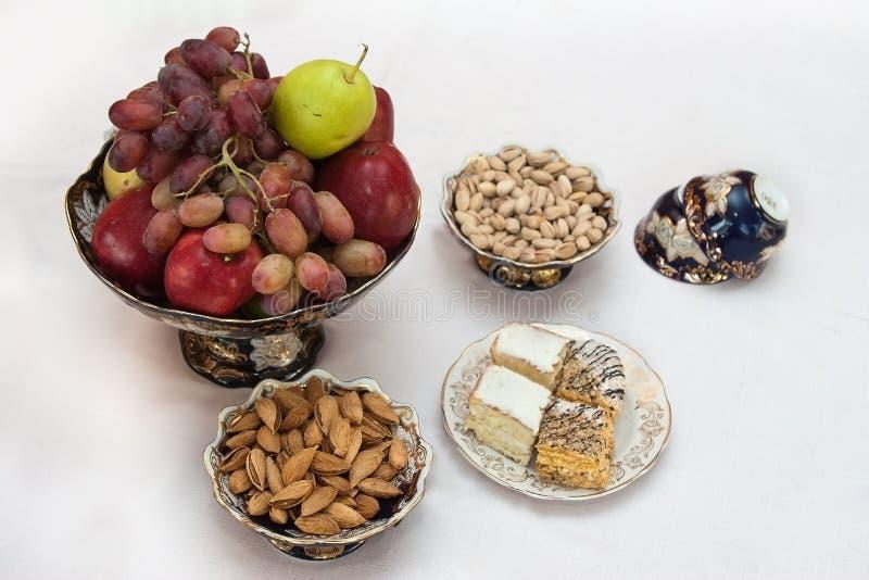 Wazy z owoc, ciastkami i dokrętkami zdjęcie stock