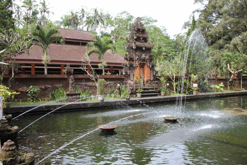 Wchodzić do przy Świętymi fontannami Tirta Empul miejsce obrazy stock