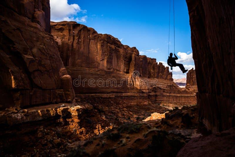 Wchodzić do wąskiego jaru obwieszenie w powietrzu, rappelling w łukach parki narodowi, Utah obraz stock