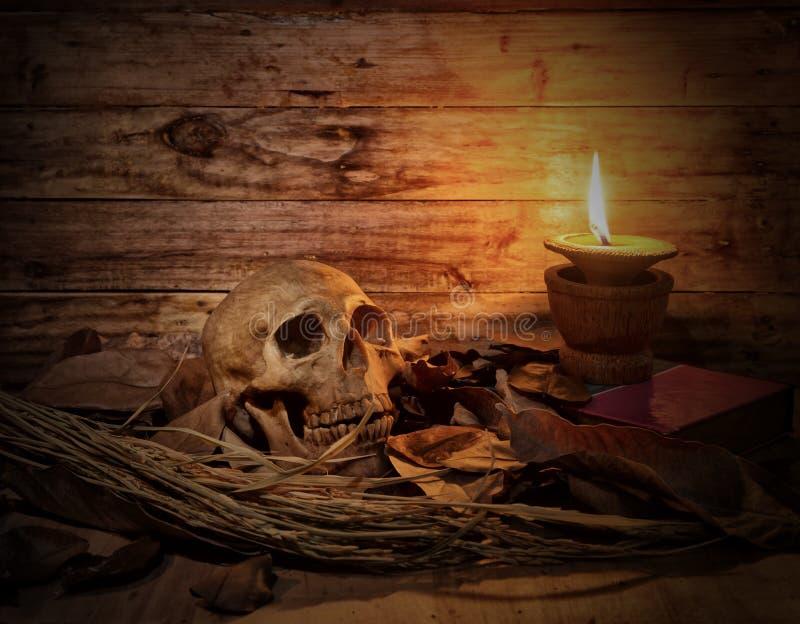 Wciąż świeczka i zaświecamy na drewnianej zakładce obrazy royalty free
