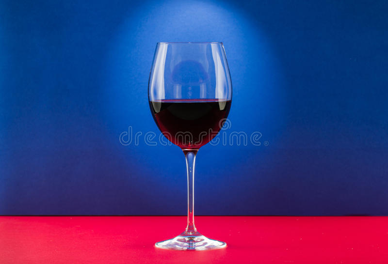 Wciąż życia szkło wino z ładnym lekkim skutkiem w czerwonym i błękitnym tle obrazy stock