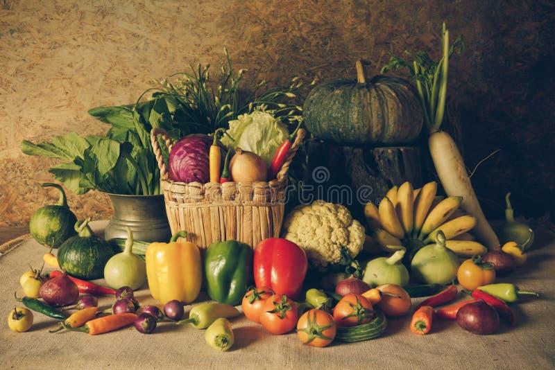 Wciąż życia warzywa, ziele i owoc, obraz stock